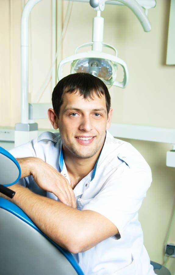 Jeune dentiste dans son bureau photographie stock