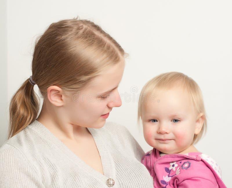Jeune descendant de fixation de mère images stock