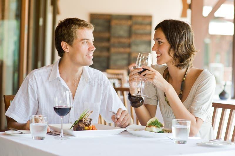 Jeune diner de couples photo stock