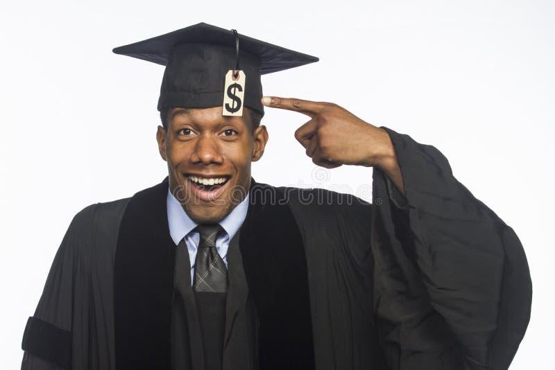 Jeune diplômé d'université d'Afro-américain avec le prix à payer de dette d'instruction, horizontal photo stock