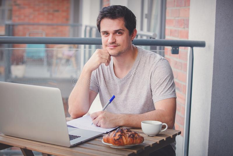 Jeune directeur beau travaillant sur l'ordinateur portable photo libre de droits