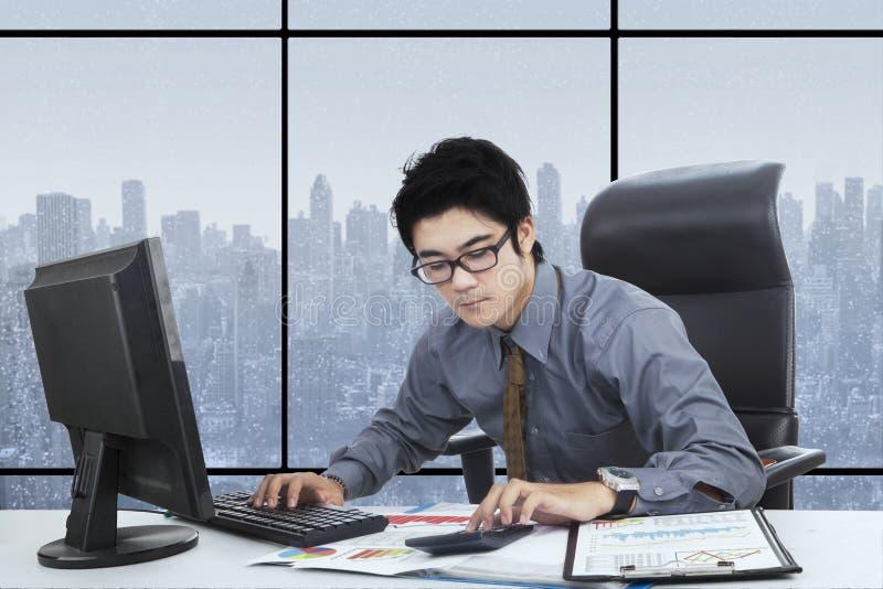 Jeune directeur travaillant dans le bureau photos libres de droits