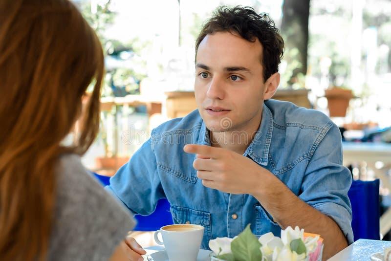Jeune discuter de couples image libre de droits