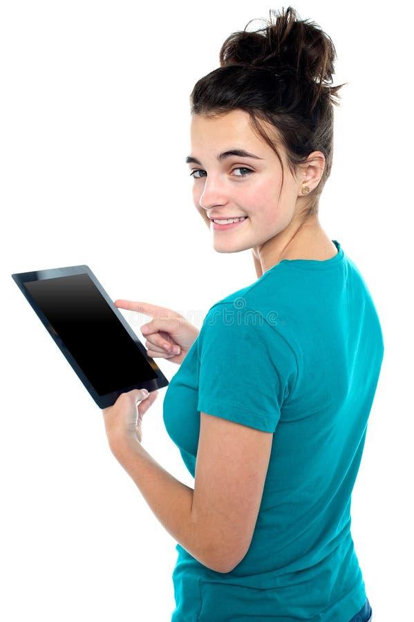Jeune dispositif occasionnel dernier cri de tablette d'opération de fille image stock
