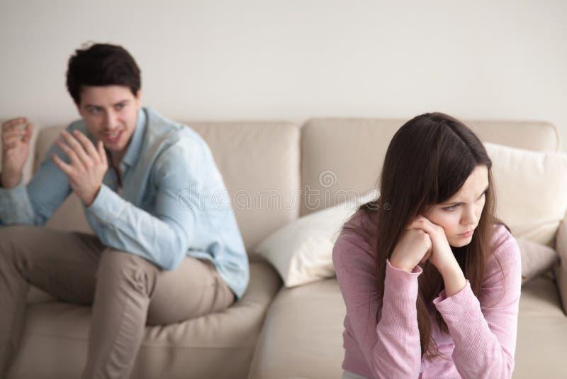 Jeune dispute de couples, se reposant à part Homme criant, allumage de femme images stock