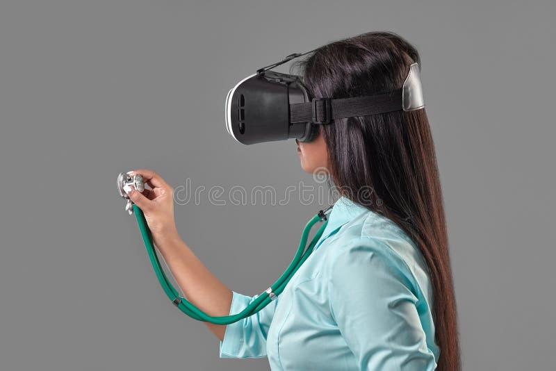 Jeune docteur attirant en verres d'une réalité virtuelle photos stock