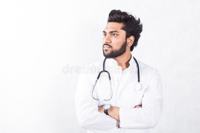 Jeune docteur beau dans un manteau blanc avec un st?thoscope Concept de soins de sant? photo stock