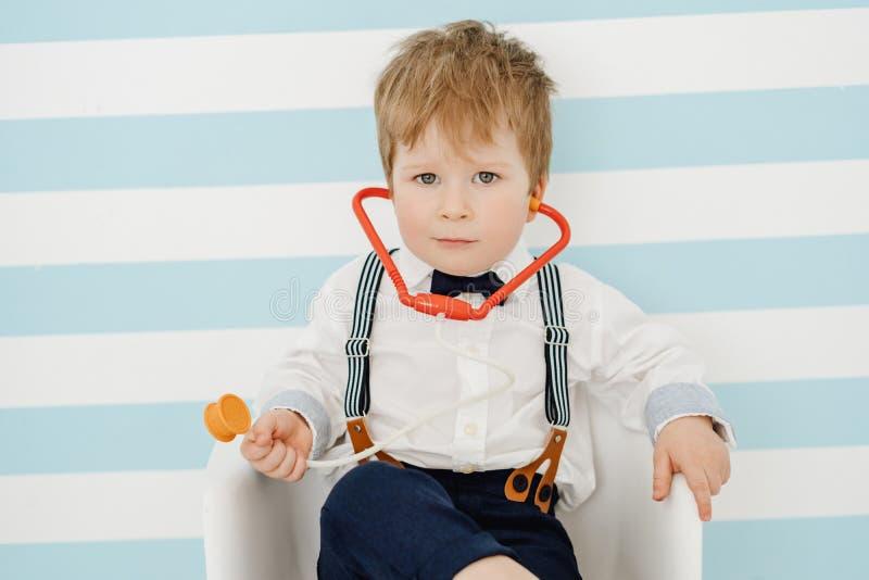 Jeune docteur beau de Little Boy avec le stéthoscope photos libres de droits