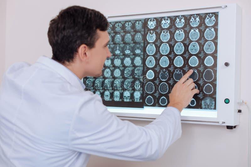 Jeune docteur beau se dirigeant à la photo de rayon de X photographie stock libre de droits