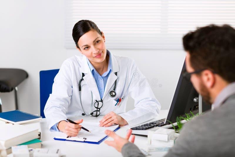 Jeune docteur féminin écoutant attentivement photos libres de droits