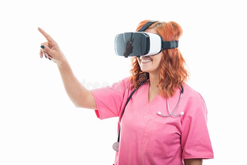 Jeune docteur féminin avec le stéthoscope utilisant des lunettes de vr photographie stock