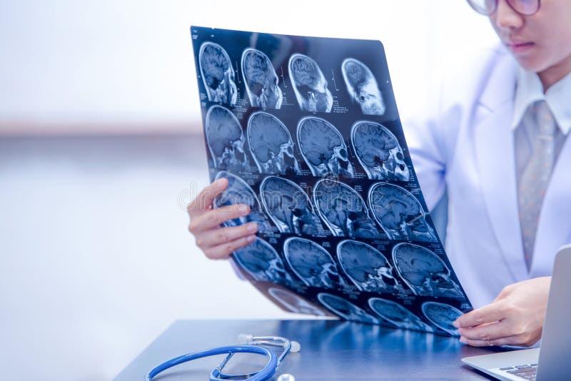 Jeune docteur féminin photo tenant d'IRM ou de CT balayage images libres de droits