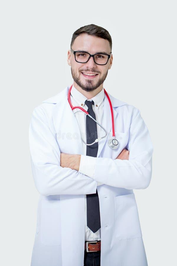 Jeune docteur médical de sourire beau heureux avec le stéthoscope dessus photo stock