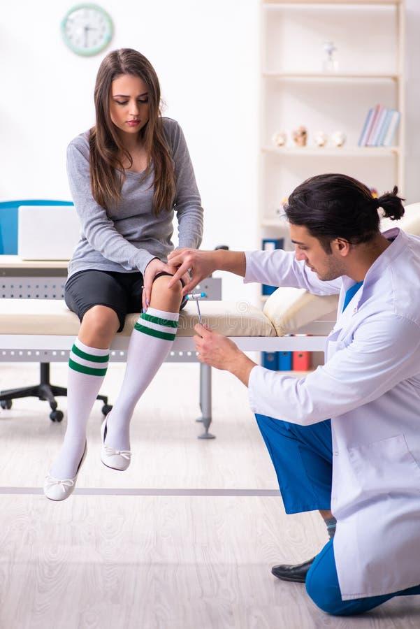 Jeune docteur masculin et beau patient féminin photo stock
