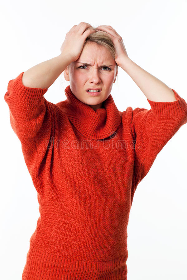 Jeune douleur blonde contrariée de femme, participation sa tête pour le malentendu photos stock