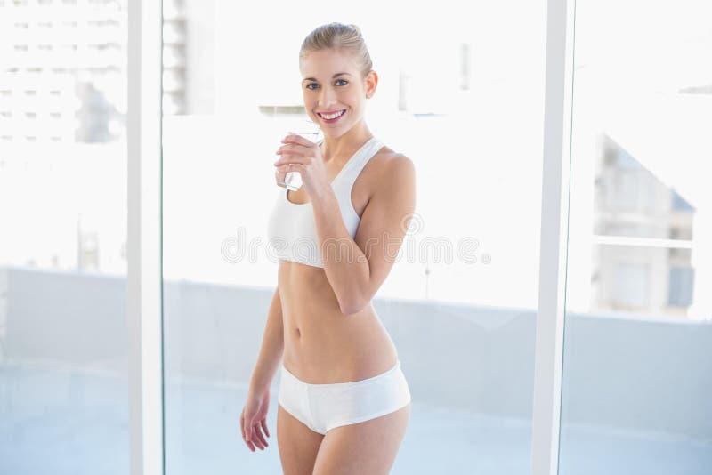 Jeune eau potable modèle blonde joyeuse photos stock