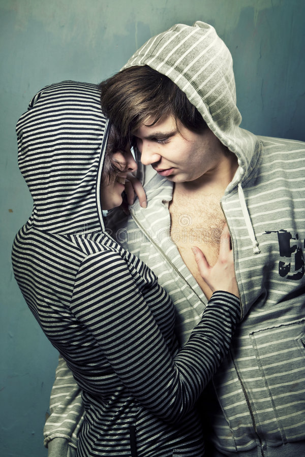 Jeune embrassement d'adolescents photos libres de droits