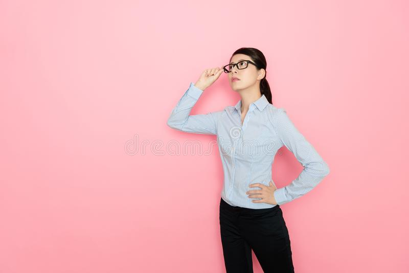 Jeune employé de bureau féminin regardant le secteur vide photo stock