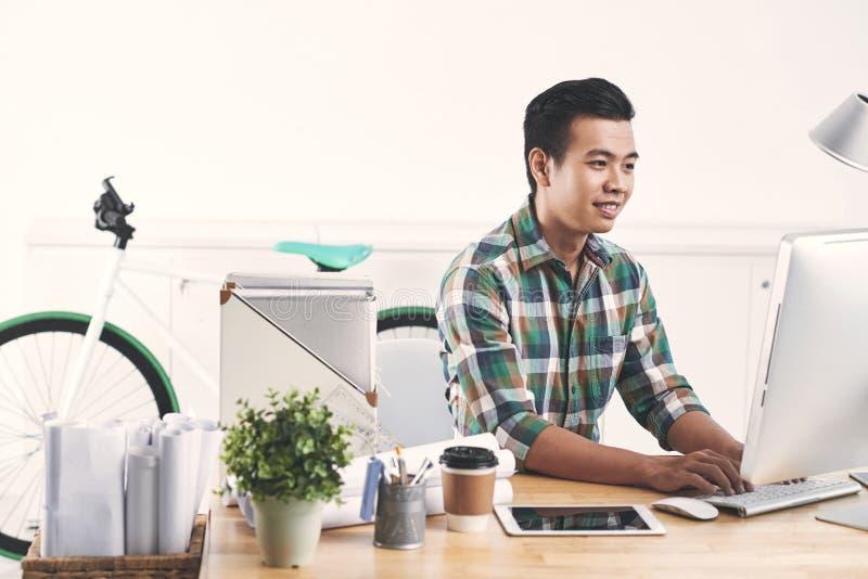 Jeune employé de bureau réussi photos libres de droits
