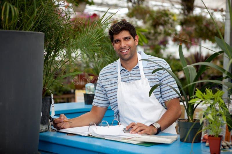 Jeune employé mâle de jardinerie image libre de droits