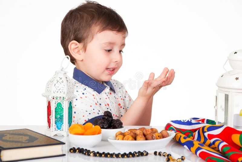 Jeune enfant musulman heureux dans Ramadan image libre de droits