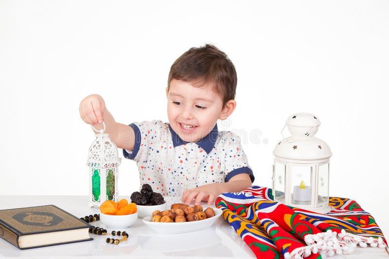 Jeune enfant musulman heureux dans Ramadan photographie stock libre de droits