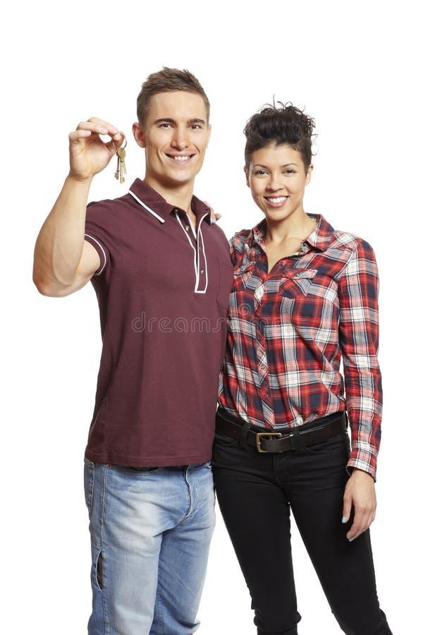 Jeune ensemble de fixation de couples de clés de maison photos libres de droits