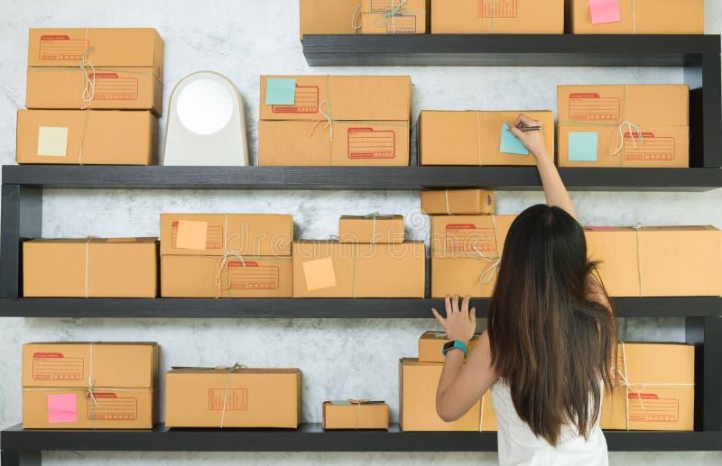 Jeune entrepreneur asiatique de femme, travail d'entrepreneur d'adolescent ? images stock