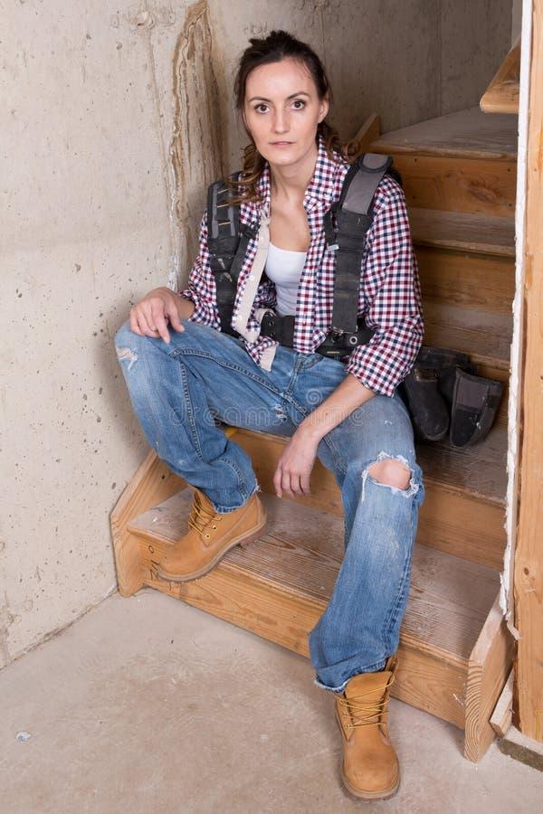 Jeune entrepreneur femelle avec l'équipement de charpentier photos libres de droits