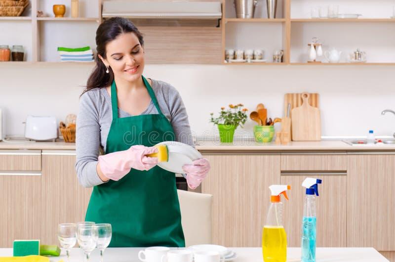 Jeune entrepreneur femelle faisant les travaux domestiques photographie stock libre de droits