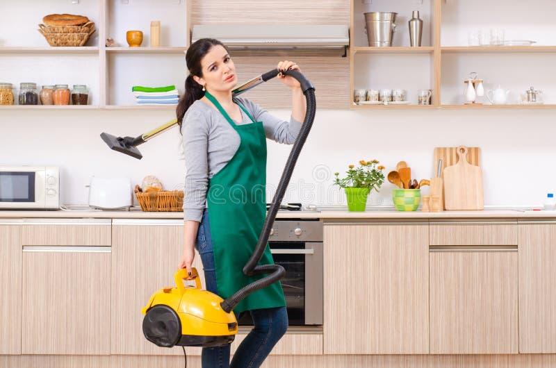 Jeune entrepreneur femelle faisant les travaux domestiques photos stock