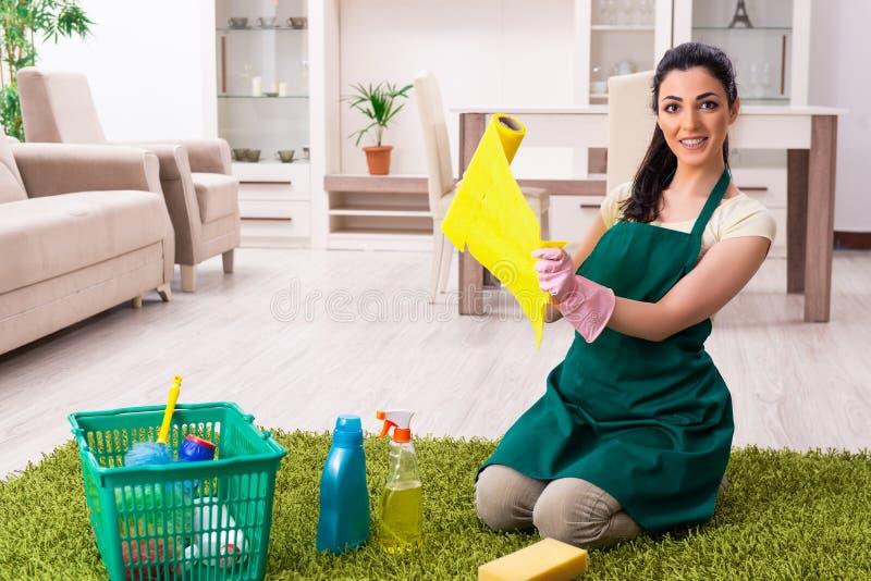 Jeune entrepreneur femelle faisant les travaux domestiques photo libre de droits