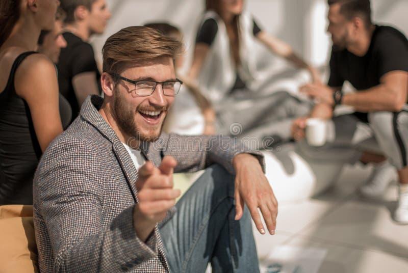 Jeune entrepreneur se dirigeant à vous photos stock