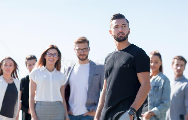 Jeune entrepreneur sur le fond de son équipe d'affaires photographie stock