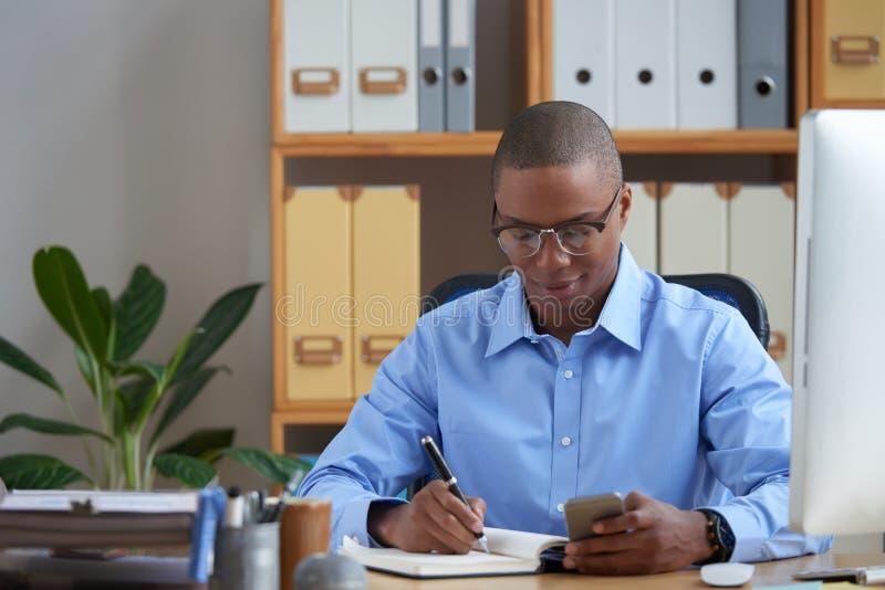 Jeune entrepreneur travaillant photo libre de droits