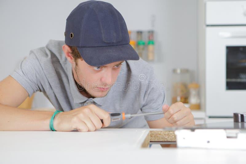 Jeune entrepreneur travaillant dans la cuisine photo stock