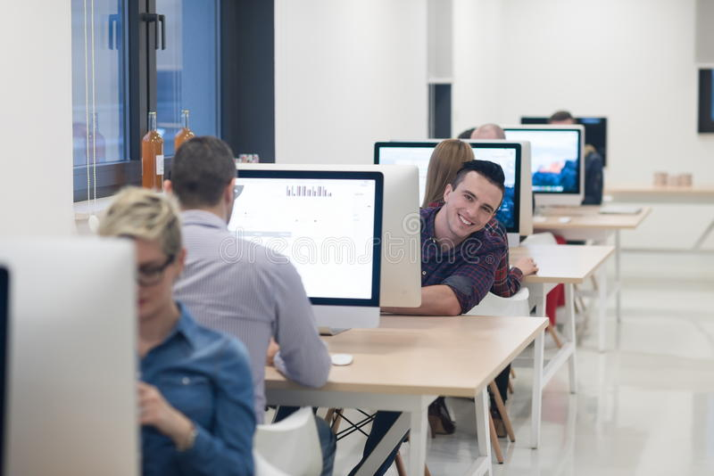 Jeune entreprise, programmateur de logiciel travaillant sur l'ordinateur de bureau image stock