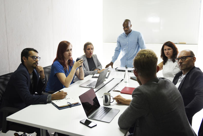 Jeune entreprise Team Brainstorming sur l'atelier de réunion photos libres de droits