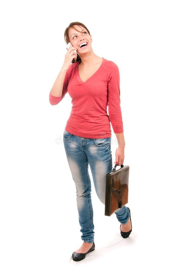 Jeune entretien d'adolescent par le téléphone portable d'isolement sur le fond blanc photos libres de droits