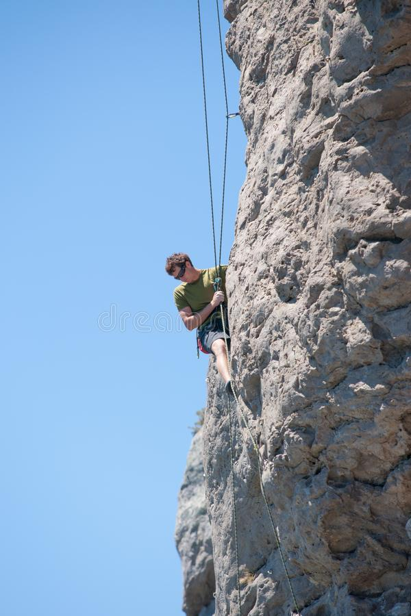 Jeune escalade aventureuse de personne photographie stock