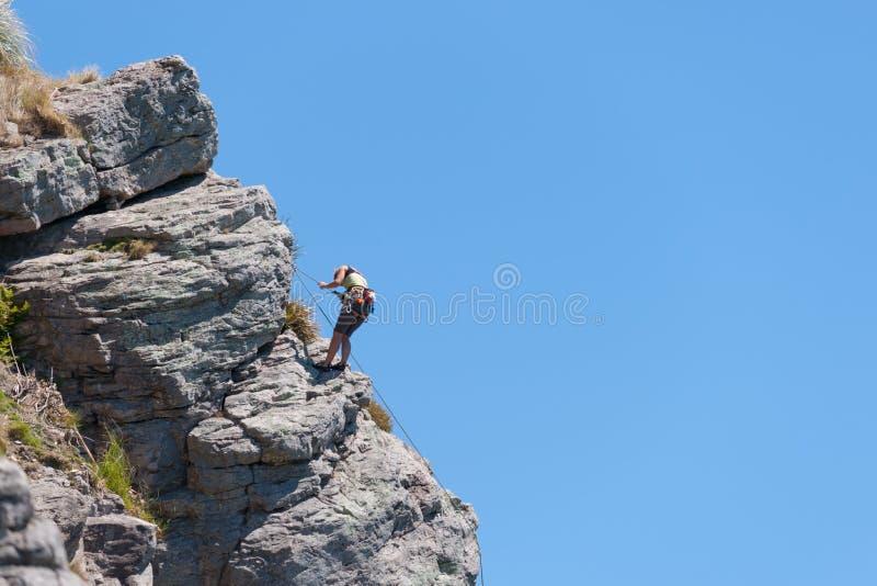 Jeune escalade aventureuse de personne photos stock