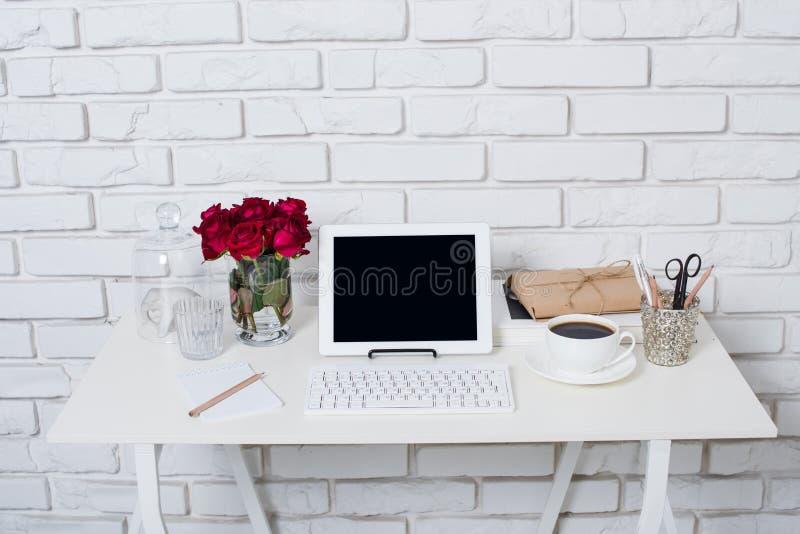 Jeune espace de travail de femme d'affaires images stock