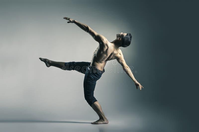 Jeune et élégant danseur classique moderne photos libres de droits