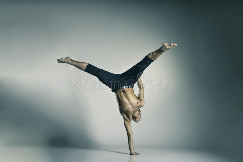 Jeune et élégant danseur classique moderne photo libre de droits