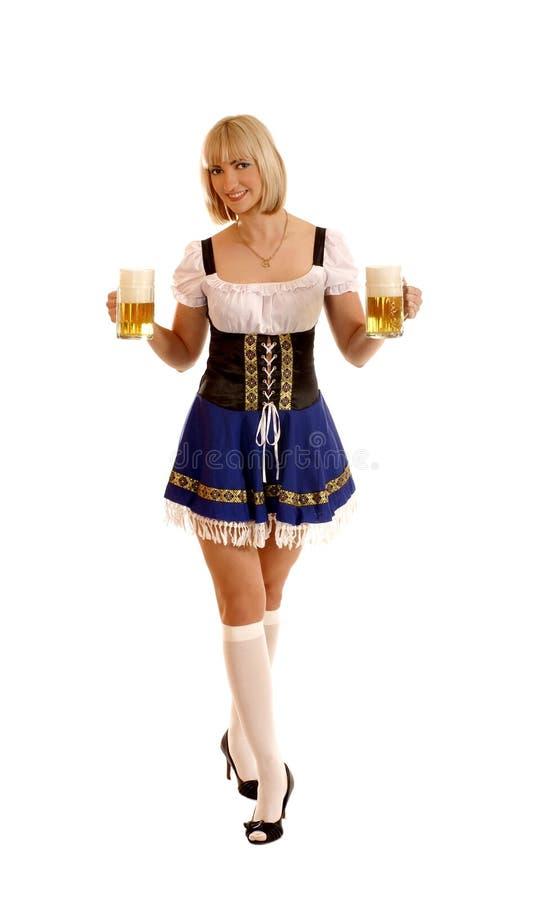 Jeune et attirante femme bavaroise avec de la bière images libres de droits