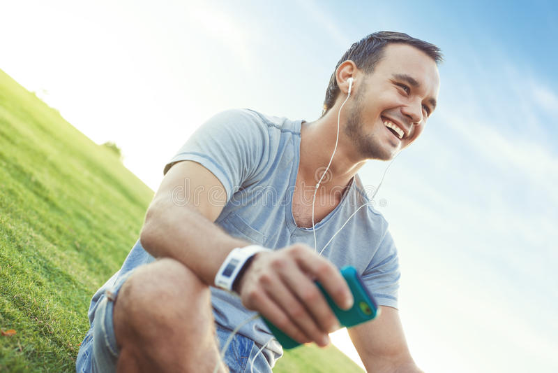 Jeune et bel homme avec le smartphone mobile images stock