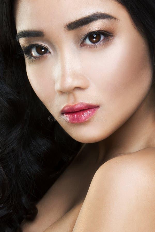 Jeune et belle femme asiatique avec les cheveux bouclés photographie stock