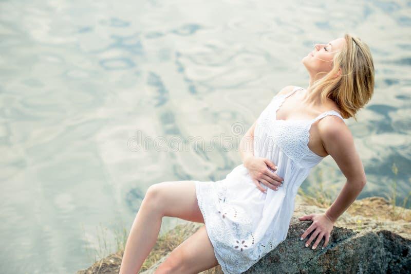 Jeune et belle femme détendant sur la plage Heure d'été, au sujet de images libres de droits