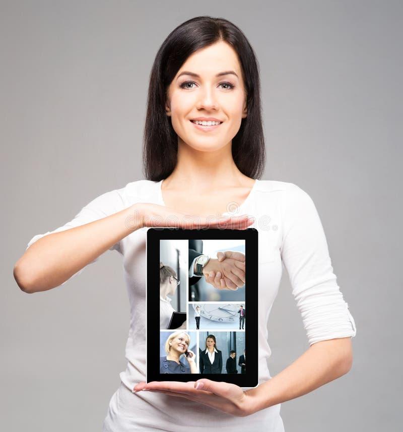 Jeune et belle fille d'adolescent tenant un ipad photo libre de droits