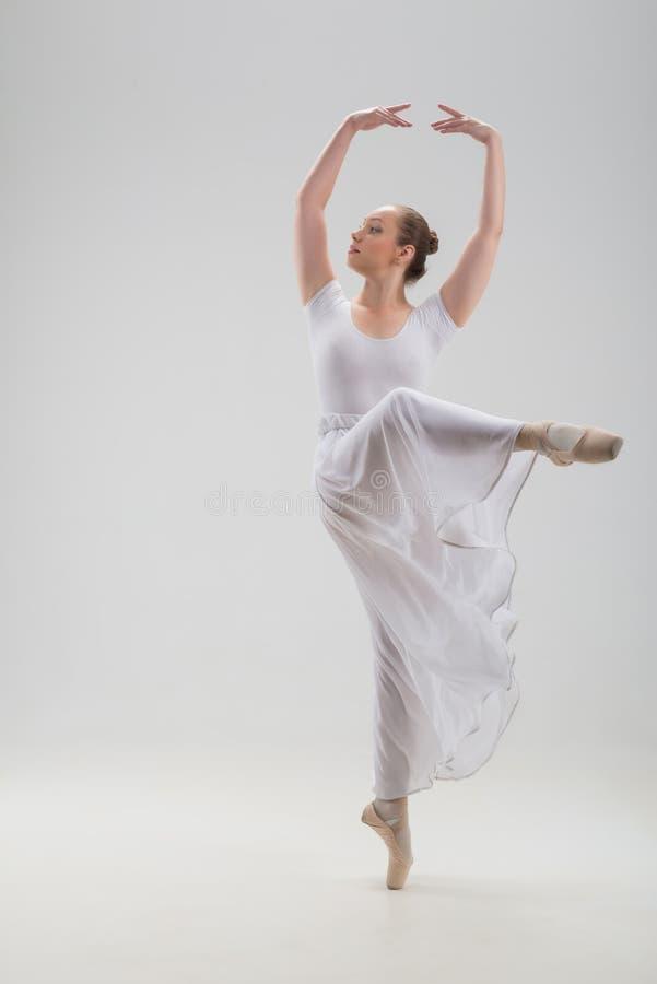Jeune et belle pose de danseur classique d'isolement photo libre de droits
